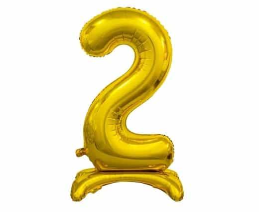 """Tai aukštos kokybės auksinis folinis skaičius """"2"""" – pildosi įprastu oru, su komplekte esančiu vamzdeliu arba įprasta pompa. Apačioje esantis stovas užtikrina baliono stabilumą. Dydis – 74 cm. Spalva – sidabrinė. Gamintojas – GoDan. PASTABA: balionų spalvos atspalviai gali šiek tiek skirtis nuo pateikto balionų pavyzdžio, dėl kompiuterio, telefono ar kito įrenginio ekrano nustatymų."""