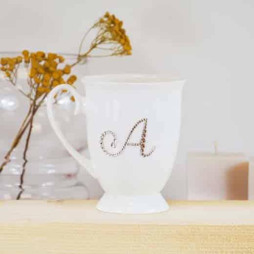 "Porcelianinis puodelis su ""A"" raide"