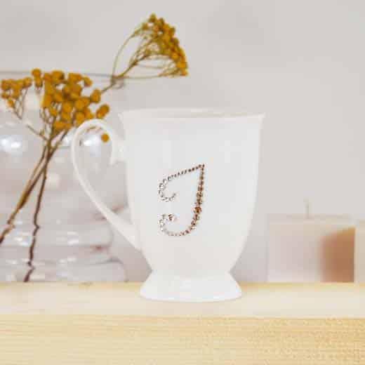 "Porcelianinis puodelis su ""I"" raide"