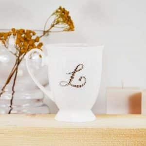 "Porcelianinis puodelis su ""L"" raide"
